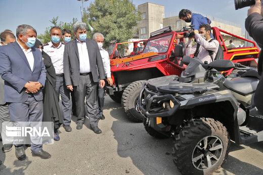 محسن هاشمی سوار بر خودروی جدید آتشنشانی