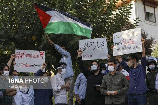ببینید | آتش زدن پرچم آمریکا و اسرائیل جلوی سفارت امارات در تهران