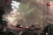 ببینید | سقوط ۲۱ خودرو به داخل گودالی در چین