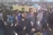 ببینید | مراسم تشییع جنازه بدون رعایت کردن پروتکلهای بهداشتی