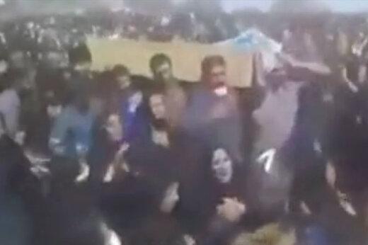 ببینید   مراسم تشییع جنازه بدون رعایت کردن پروتکلهای بهداشتی