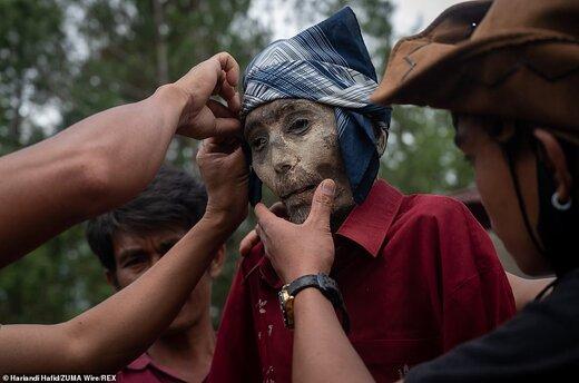اینجا بر مردگان لباس میپوشانند، آنها را به آغوش میگیرند و با آنها سیگار میکشند/ تصاویر