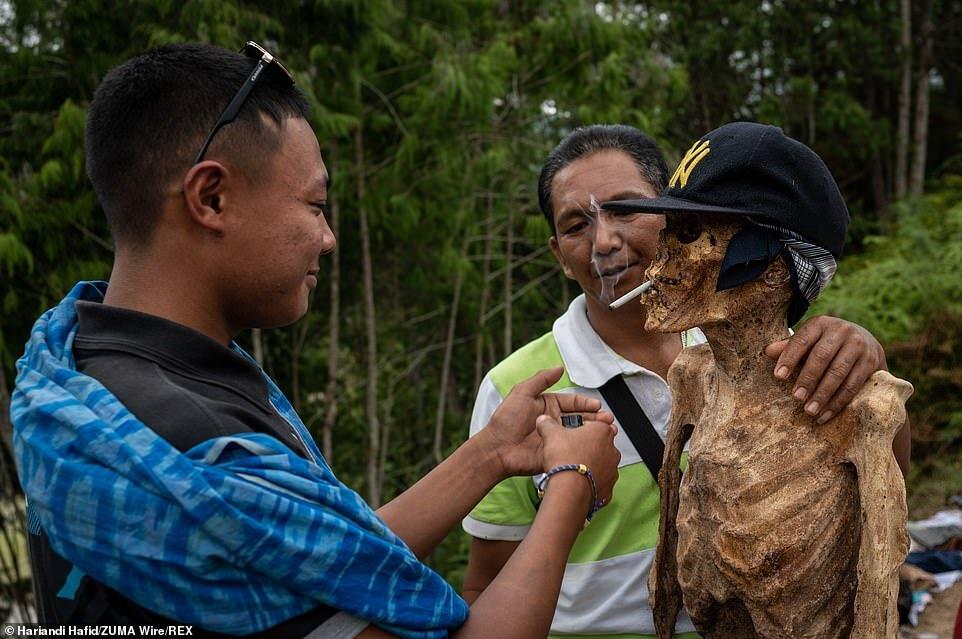5449138 - اینجا بر مردگان لباس میپوشانند، آنها را به آغوش میگیرند و با آنها سیگار میکشند/ تصاویر