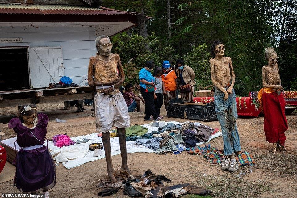 5449140 - اینجا بر مردگان لباس میپوشانند، آنها را به آغوش میگیرند و با آنها سیگار میکشند/ تصاویر