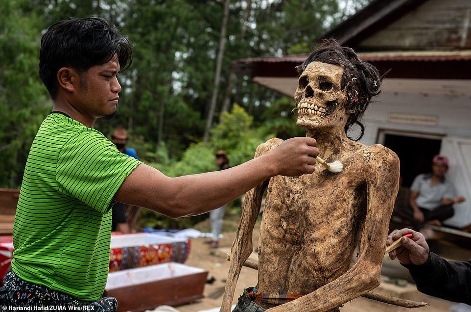 5449141 - اینجا بر مردگان لباس میپوشانند، آنها را به آغوش میگیرند و با آنها سیگار میکشند/ تصاویر