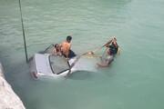 ببینید | سقوط یک خودرو به دریا در بندر پل
