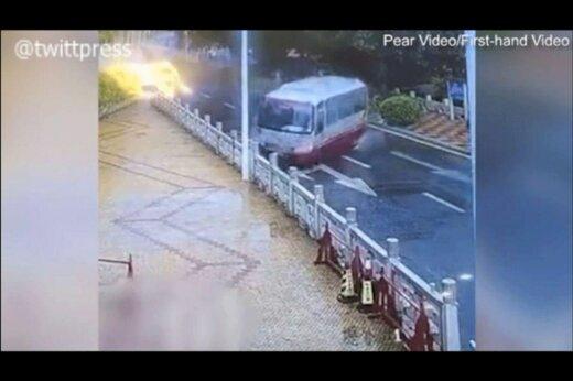 ببینید | نجات یافتن عجیب راننده مینی بوس چینی