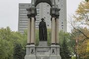 ببینید | سرنگون کردن مجسمه اولین نخست وزیر کانادا توسط معترضان ضد نژاد پرستی در مونترال