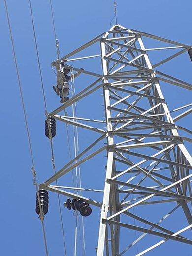 شستشو و تعویض مقره های آلوده خط ۶۳ میامی-بیارجمند در شرکت برق منطقه ای سمنان