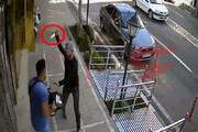 ببینید | حمله به یک پسر جوان در خیابان برای سرقت موبایل