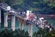 ببینید | روستایی جذاب روی یک پل