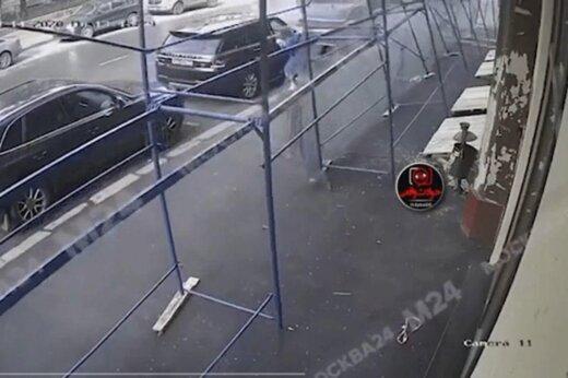 ببینید | زنی که میلیمتری از چنگ مرگ فرار کرد