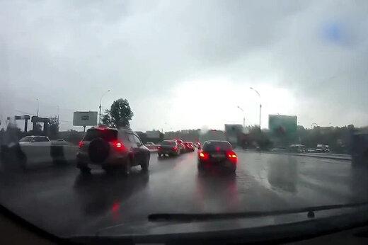 ببینید | لحظه برخورد صاعقه شدید به یک ماشین