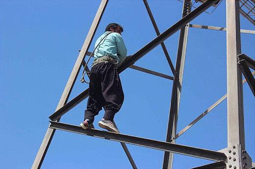 ببینید |  لحظه سقوط کارگر بدشانس از بالای برج مخابراتی