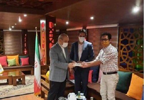 هنرمند قشمی آخرین اثر خود را به رییس هیات مدیره و مدیرعامل سازمان منطقه آزاد قشم هدیه کرد