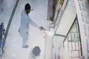 ببینید | سرقت مسلحانه از یک طلا فروشی که به دلیل ضدگلوله بودن شیشه طلا فروشی ناکام ماند