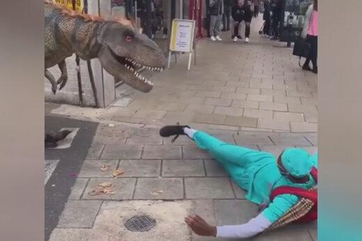ببینید | واکنش مردم به حضور دایناسور در خیابان!