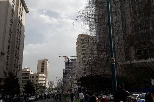 ببینید | سقوط داربست روی ماشینها در سعادتآباد