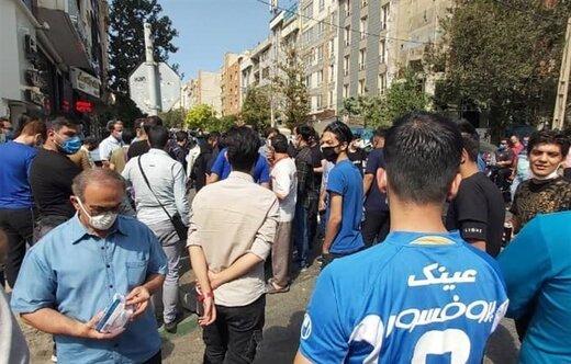 تجمع هواداران معترض استقلال مقابل مجلس/عکس