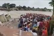 ببینید | واکنش عجیب هندیها به وقوع سیل ویرانگر