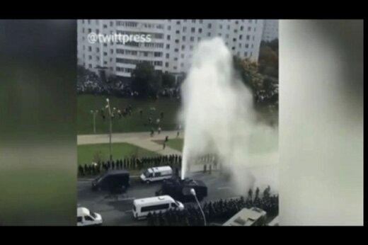 ببینید   تبدیل ماشین آبپاش به فواره توسط معترضان بلاروسی