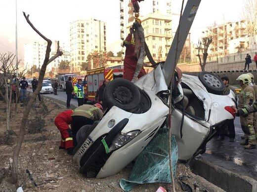 سوارکردن مسافر دردسرساز شد/ نجات معجزهآسای راننده پژو پس از واژگونی