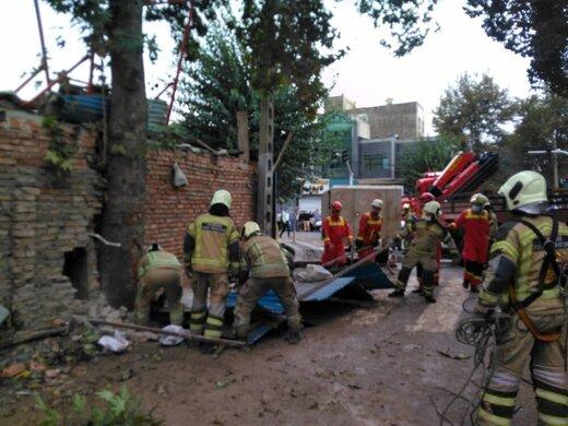 ریزش ساختمان در خیابان ابوذر؛ احتمالا ۴ نفر محبوس شدهاند/ عکس