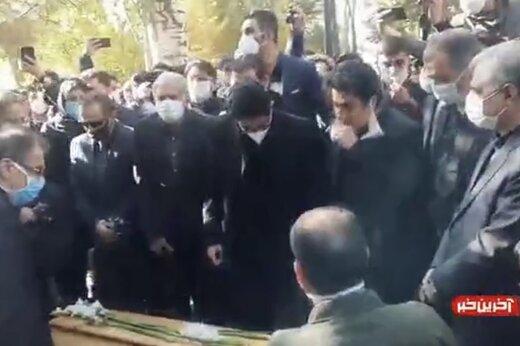 ببینید | گریه و آواز همایون بر پیکر پدر در لحظات دفن استاد شجریان
