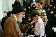 تصویر اذان گفتن رهبر انقلاب در گوش کودک ۲۰ روزه /دعایی ویژه برای فرزندان شهدای مدافع حرم