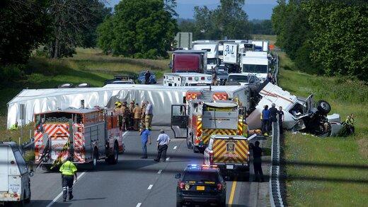 ببینید | له شدن ماشین پلیس، خودروی امداد و چند خودروی دیگر زیر چرخهای تریلی