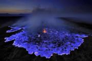 ببینید | آتشفشانی که به طرز عجیبی گدازههای آن آبیرنگ است