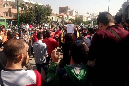 دستگیری هوادار پرسپولیس در تجمع مقابل ساختمان باشگاه/عکس