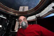عکس | فضانورد ناسا با ماسک، آماده بازگشت به زمین