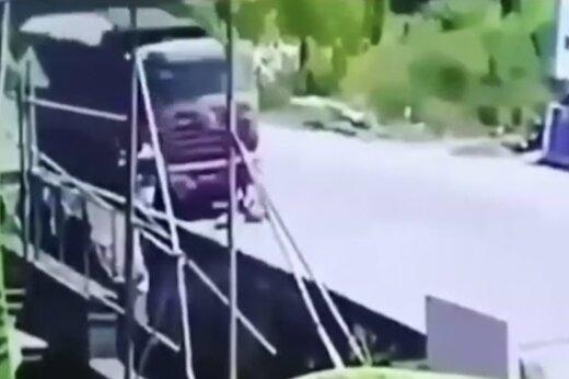ببینید | تصادف شدید موتور با کامیون