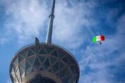 ببینید | پرش چتربازان ناجا از برج میلاد