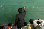ببینید | معلم فداکاری که در روزهای سخت کرونا و مشکلات اینترنت، ۵۰کیلومتر را برای تدریس میپیماید