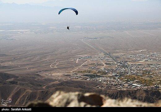 پرواز پاراگلایدرها در آسمان کرمان