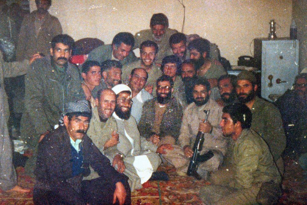 5479755 - تصویری از حضور رهبر انقلاب در یک جمع صمیمی و متفاوت