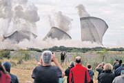 ببینید | لحظه هیجانانگیز تخریب یک نیروگاه برق با انفجار کنترل شده