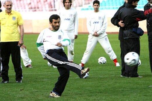 ببینید | ماجرای عکس معروف احمدینژاد با لباس تیم ملی