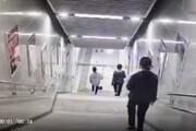 ببینید | عاقبت موبایلبازی روی پلههای مترو