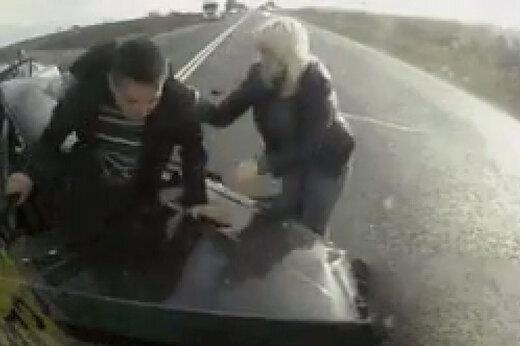 ببینید | جادوی خودروی باکیفیت؛ نجات بدون حتی یک خراش پس از سرشاخ شدن با تریلی
