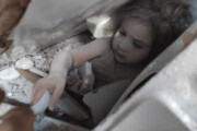 ببینید | تصویری از  دختر ٤ سالهای که ٩١ ساعت پس از زلزله، زنده از زیر آوار نجات یافت