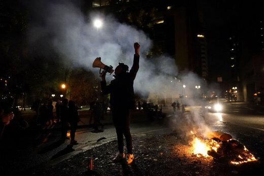 ببینید | پراکنده کردن معترضان آمریکایی توسط پلیس با استفاده از باتوم