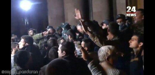 ببینید | حمله ارمنیهای خشمگین به مقر نخستوزیری : صلح نمیخواهیم