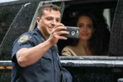 تصاویر | مأمور پلیس در حال گرفتن سلفی با آنجلینا جولی در ترافیک!