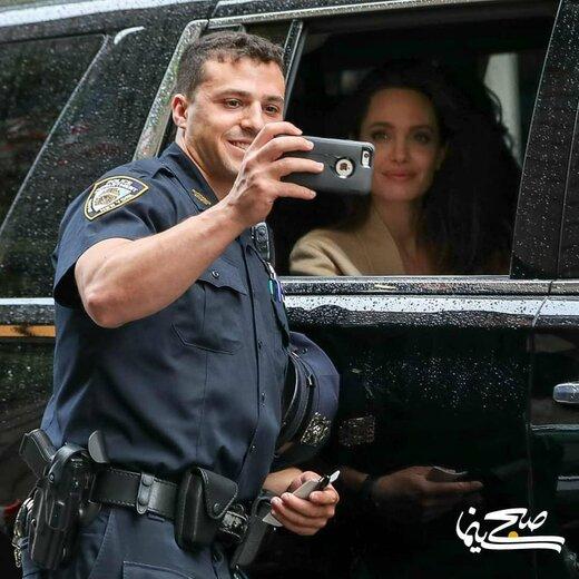 مأمور پلیس در حال گرفتن سلفی با آنجلینا جولی در ترافیک نیویورک