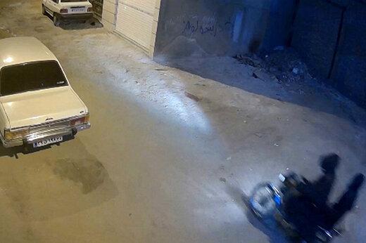 ببینید | اولین تصاویر از به آتش کشیده شدن یک خودرو توسط اراذل و اوباش