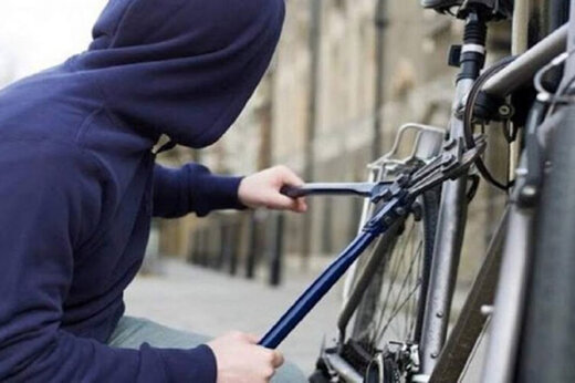 ببینید | لحظه عجیب از سرقت دوچرخه در روز روشن در کمال خونسردی