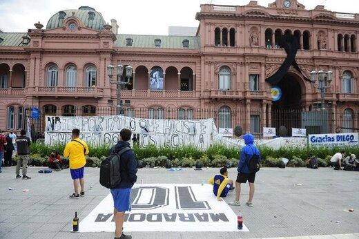 ببینید| صحنههای ناب از آخرین وداع مردم آرژانتین با مارادونا در کاخ ریاست جمهوری
